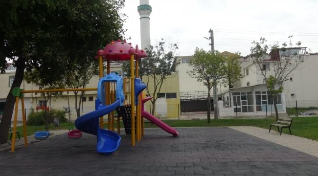 Parktaki çocuklara cinsel organını gösterdi