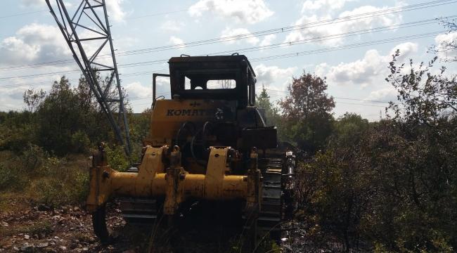 Yanan iş makinesi ağaçlık alanı tutuşturdu