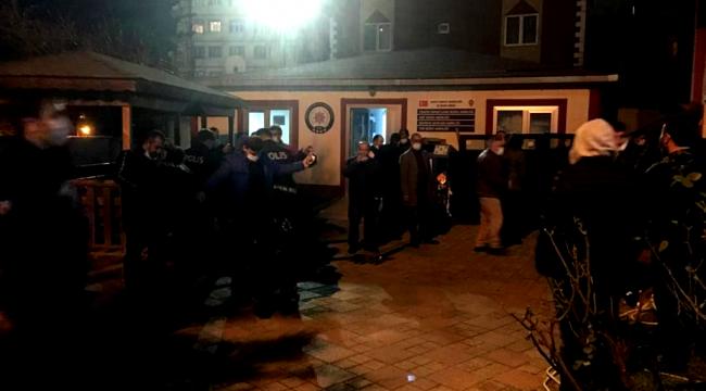 Kahveye kumar baskını için gelen polisi görünce saklandıkları iş yerinde yakalandılar!