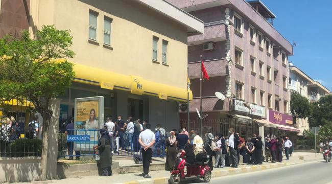 Darıca'daki PTT şubelerinde 'tam kapanma' kuyrukları