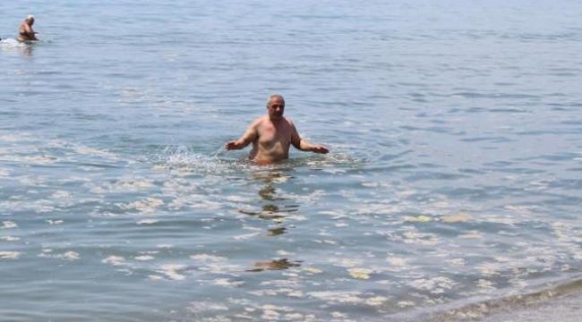 Darıca'da müsilaja rağmen denize girdiler!