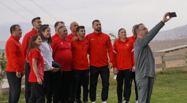 Bakan Kasapoğlu, Eray Şamdan ve diğer milli sporcuları ziyaret etti