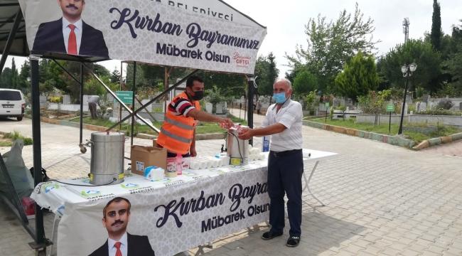 Çayırova'da mezarlıklar bayrama hazır, ziyaretçilere ikram