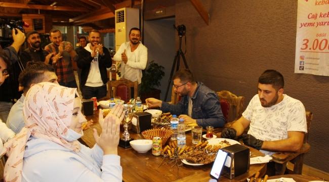 Ödüllü 'cağ kebabı yeme yarışması' nda zorlandılar