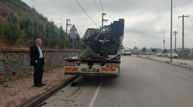 Elektrik direğine çarpan sürücü ağır şekilde yaralandı