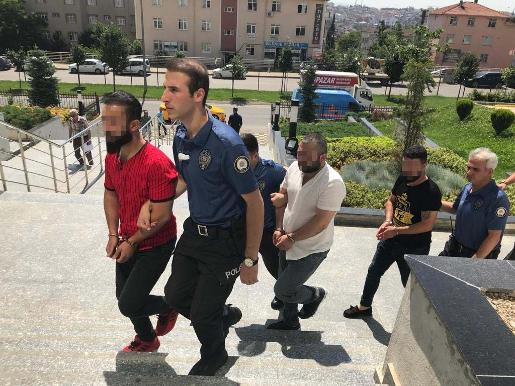 Bayan polislere laf atan 4 kişi yakalandı