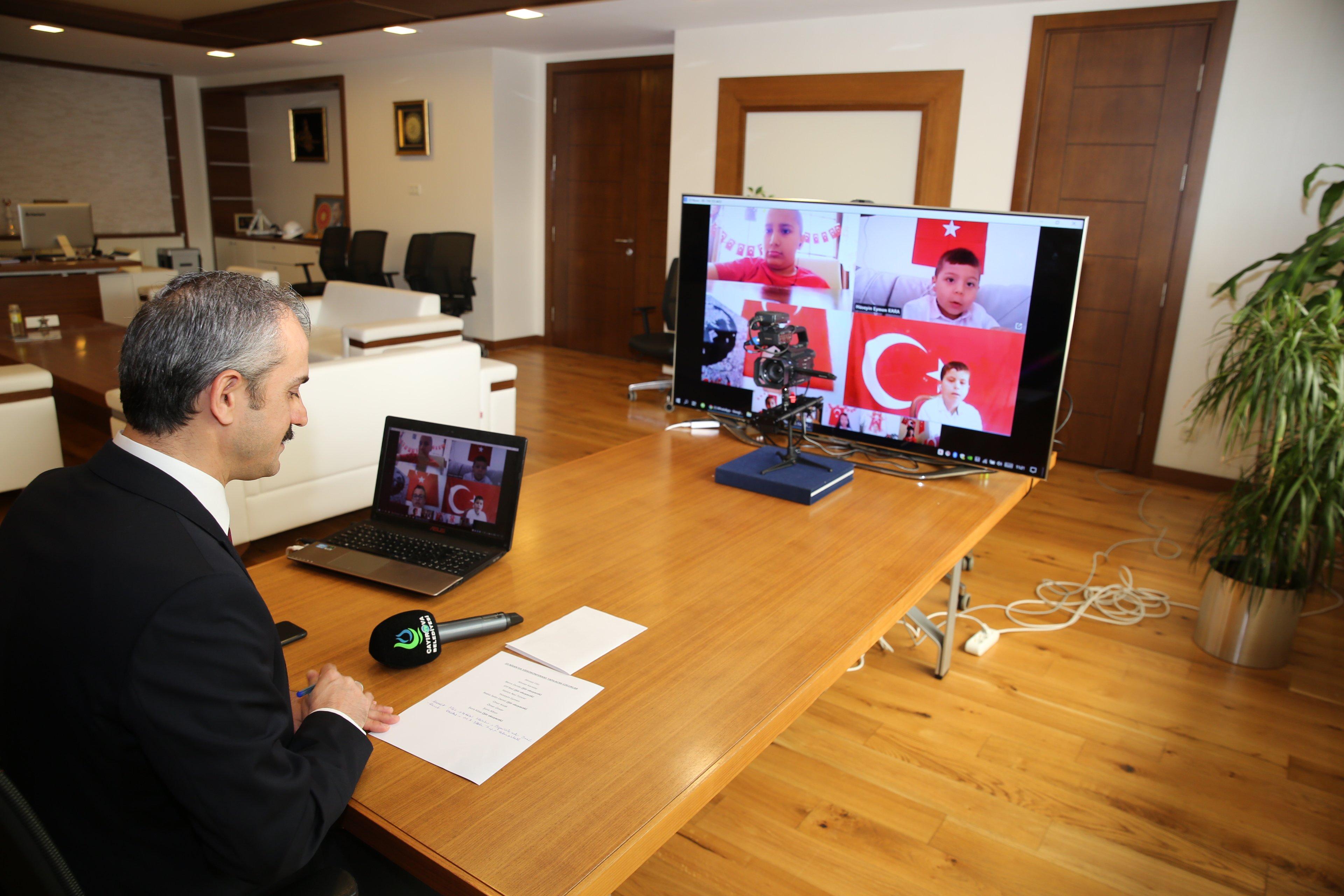Çiftçi, çocukların coşkusuna video konferansla ortak oldu