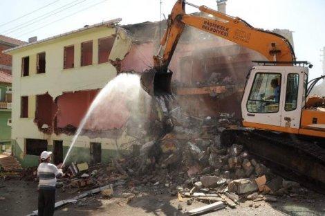 Hasarlı binaların yıkımı başladı